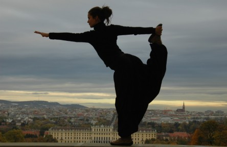 Yoga lehrt uns im gegenwärtigen Moment zu sein. Dieser Zustand verleiht uns ungeahnte Kräfte und unerschütterliche Zufriedenheit.